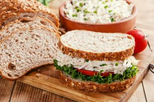 Hem de Az Kalorili: Haşlanmış Tavuklu Sandviç