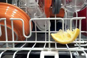 bulasik-makinesine-limon-dilimi-koymak