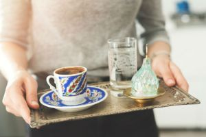 turk-kahvesi-yaninda-gelen-su