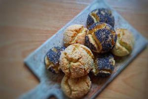 https://yemek.com/tarif/hashasli-ve-hindistan-cevizli-catlak-kurabiye/ | Haşhaşlı ve Hindistan Cevizli Çatlak Kurabiye Tarifi