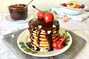 Çikolata Sosu Üzerine: Muzlu Yulaflı Pankek (Pancake)
