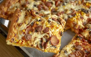 Dilim Dilim Yersin: Ev Usulü Pizza