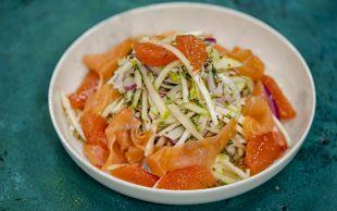 Protein Dolu: Somon Fümeli Kereviz Salatası