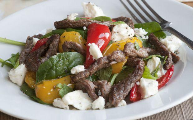 https://yemek.com/tarif/etli-ve-peynirli-ispanak-salatasi/#.VGCEfPmUdZg | Etli ve Peynirli Ispanak Salatası Tarifi