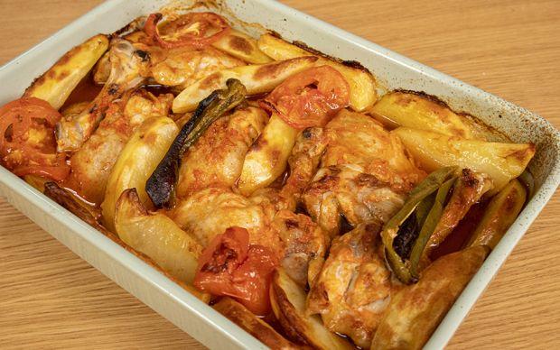 https://yemek.com/tarif/firinda-patatesli-tavuk/ | Fırında Patatesli Tavuk Tarifi