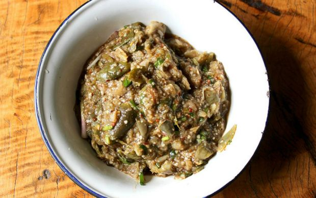 https://yemek.com/tarif/yer-fistikli-patlican-salatasi/ | Yer Fıstıklı Patlıcan Salatası Tarifi