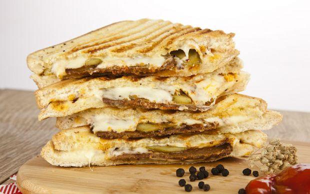 https://yemek.com/tarif/kavurmali-tost/   Kavurmalı Tost Tarifi