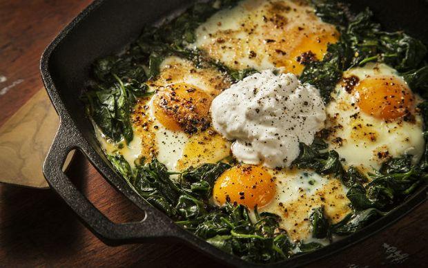 https://yemek.com/tarif/ispanakli-yumurta/#.WBxWyfmLTIU | Ispanaklı Yumurta Tarifi