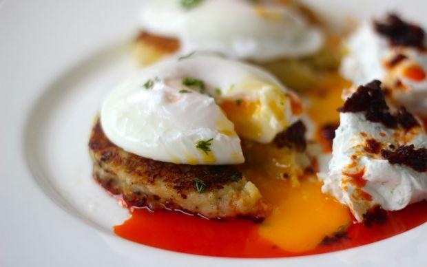 https://yemek.com/tarif/patates-kofteli-cilbir/ | Patates Köfteli Çılbır Tarifi