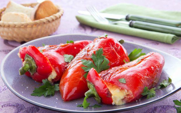 https://yemek.com/tarif/peynir-dolgulu-kirmizi-biberler/   Peynir Dolgulu Kırmızı Biber Tarifi