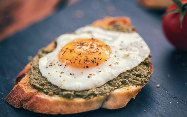 Yumurtalı Pesto Soslu Ekmek Dilimleri Tarifi