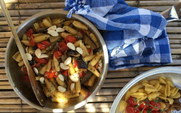 https://yemek.com/tarif/datca-usulu-patlicanli-makarna/#.WC6s1fmLTIU | Datça Usulü Patlıcanlı Makarna Tarifi