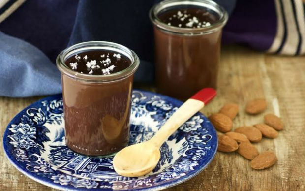 https://yemek.com/tarif/bademli-bitter-cikolatali-puding/ | Bademli, Bitter Çikolatalı Puding Tarifi
