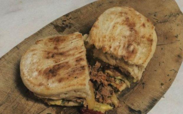 https://yemek.com/tarif/guacamole-soslu-bazlama-sandvic   Guacamole Soslu Bazlama Sandviç Tarifi