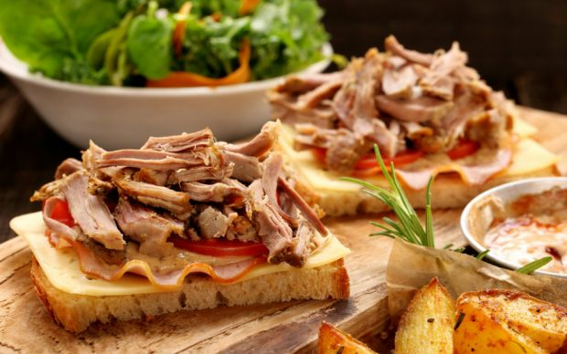 https://yemek.com/tarif/soya-soslu-hindili-ekmek-dilimleri/ | Hindili Ekmek Dilimleri Tarifi