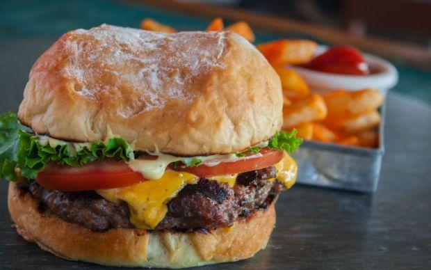 https://yemek.com/tarif/sucuk-kofteli-burger/#.WQtCouWLTIU | Sucuk Köfteli Burger Tarifi