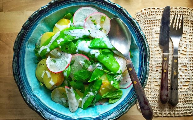 https://yemek.com/tarif/sultani-bezelyeli-patates-salatasi/#.WPDFMdKLTIU | Sultani Bezelyeli Patates Salatası Tarifi