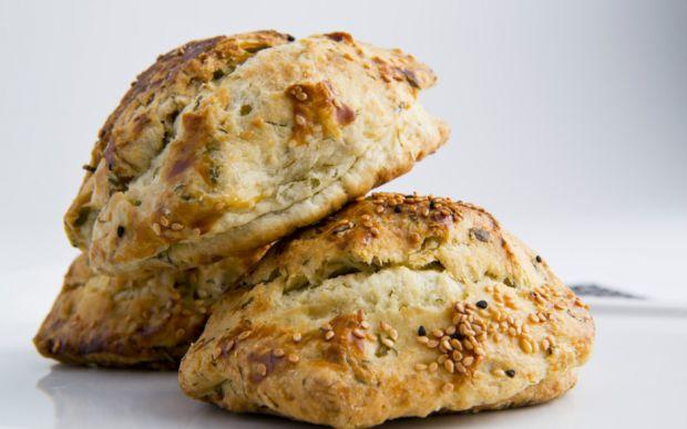 https://yemek.com/tarif/lor-peynirli-dereotlu-pogaca/ | Lor Peynirli Dereotlu Poğaça Tarifi