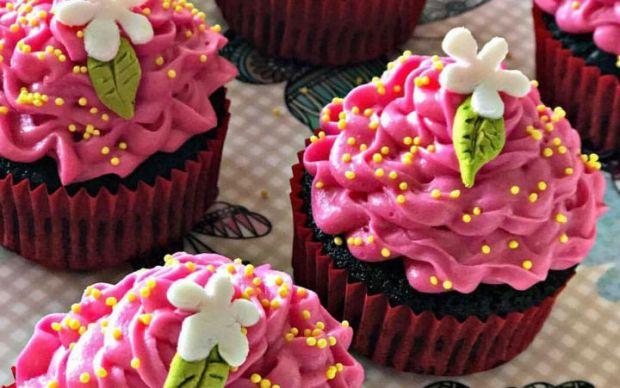 https://yemek.com/tarif/cilek-kremali-kakaolu-cupcake/ | Çilek Kremalı Kakaolu Cupcake Tarifi