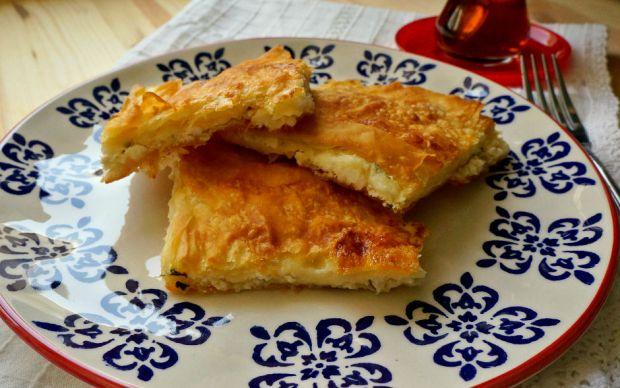 https://yemek.com/tarif/peynirli-tepsi-boregi/ | Peynirli Tepsi Böreği Tarifi
