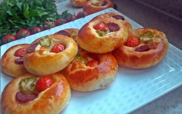 https://yemek.com/tarif/pastane-tadinda-pizza-pogaca/ | Pastane Tadında Pizza Poğaça Tarifi