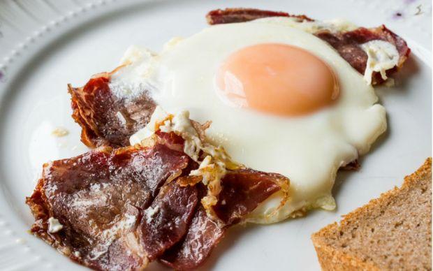 https://yemek.com/tarif/pastirmali-yumurta/ | Pastırmalı Yumurta Tarifi
