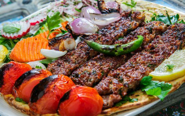 https://yemek.com/tarif/urfa-kebabi/ | Ev Usulü Urfa Kebabı Tarifi