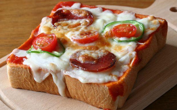 https://yemek.com/tarif/tost-ekmeginde-pizza/ | Tost Ekmeğinde Pizza Tarifi