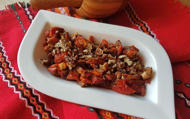 https://yemek.com/tarif/kuru-domates-salatasi/   Kuru Domates Salatası Tarifi
