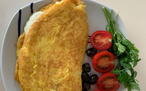 https://yemek.com/tarif/patatesli-kasarli-omlet/ | Patatesli Kaşarlı Omlet Tarifi