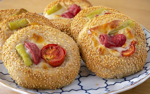 https://yemek.com/tarif/simit-tadinda-pizza-pogaca/ | Simit Tadında Pizza Poğaça Tarifi