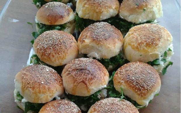 https://yemek.com/tarif/kolay-sakalli-pogaca/   Kolay Sakallı Poğaça Tarifi