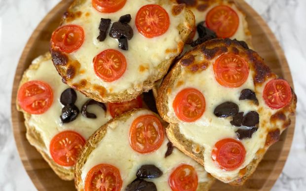 https://yemek.com/tarif/kahvaltilik-pizza-2/ | Kahvaltılık Pizza Tarifi