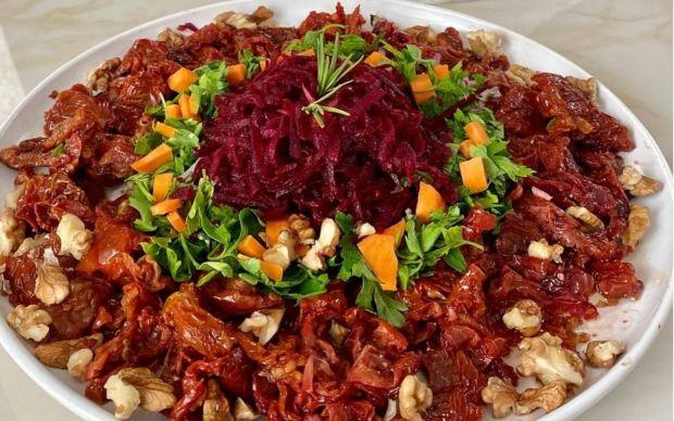 pancarli-kuru-domates-salatasi-tarifi