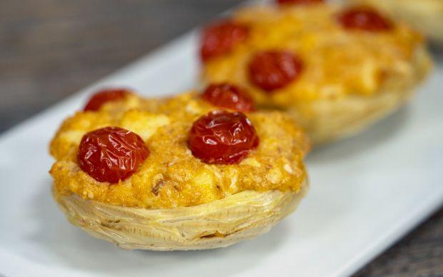 https://yemek.com/tarif/peynirli-domatesli-enginar-dolmasi/ | Peynirli Domatesli Enginar Dolması Tarifi