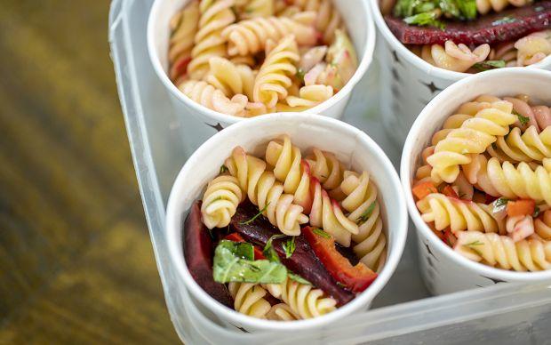 ferhat-pancar-ve-engiarli-makarna-salatasi-yemekcom