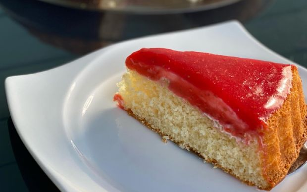 https://yemek.com/tarif/kirmizi-meyve-soslu-pasta/ | Kırmızı Meyve Soslu Pasta Tarifi