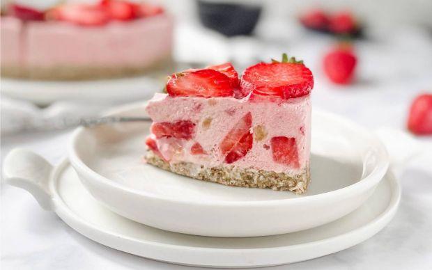 https://yemek.com/tarif/cilekli-raw-cheesecake/ | Çilekli Raw Cheesecake Tarifi