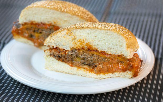 https://yemek.com/tarif/acuka-soslu-acili-burger | Acuka Soslu Acılı Burger Tarifi