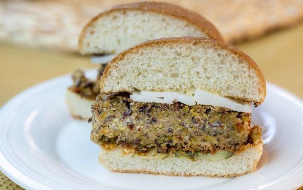 https://yemek.com/tarif/vegan-peynirli-vejetaryen-burger/ | Vegan Peynirli Vejetaryen Burger