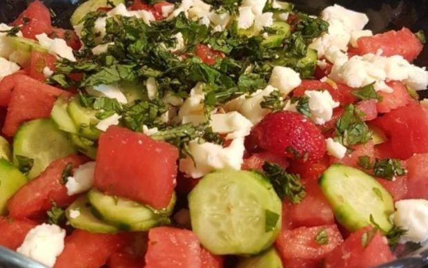 karpuzlu-cilekli-salatalikli-salata-tarifi