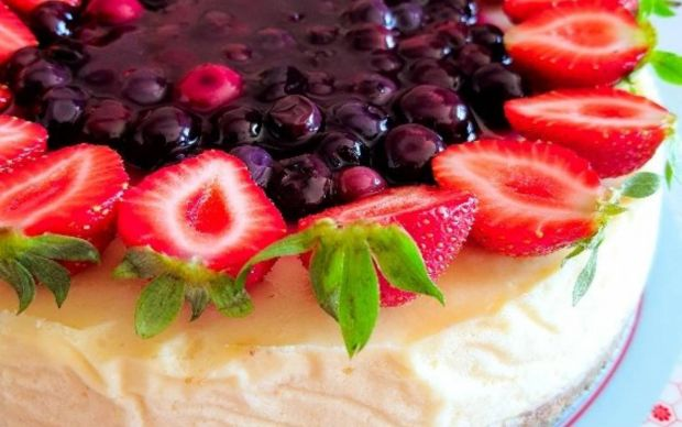yaban-mersini-soslu-cheesecake-tarifi
