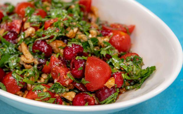 https://yemek.com/tarif/visne-ve-domatesli-yaz-salatasi/ | Vişne ve Domatesli Yaz Salatası Tarifi