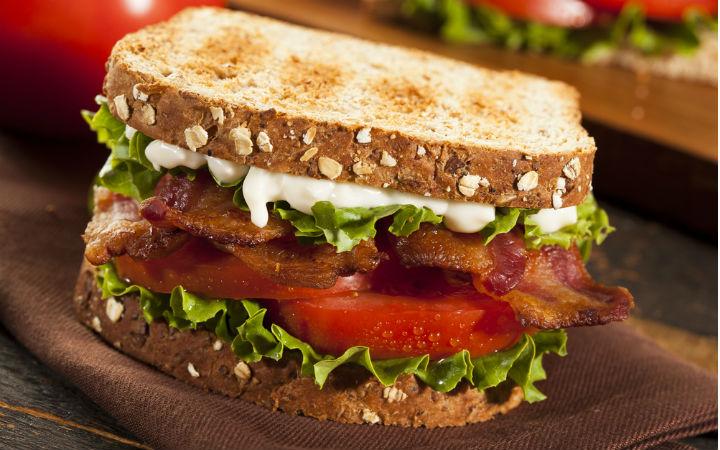 Domatesli Pastırmalı Sandviç