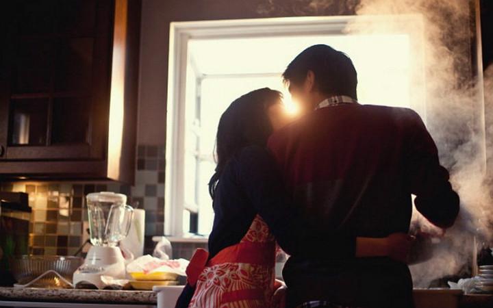 sevgilisi-yemek-yapan-insanlar-manset