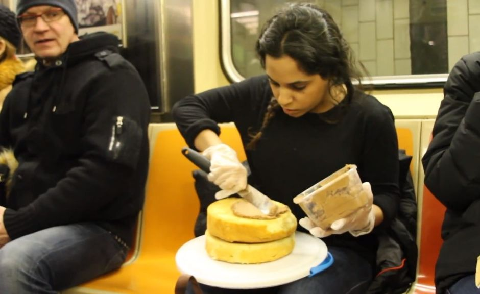 gastronomi-ogrencisi-metroda-kek-yapti