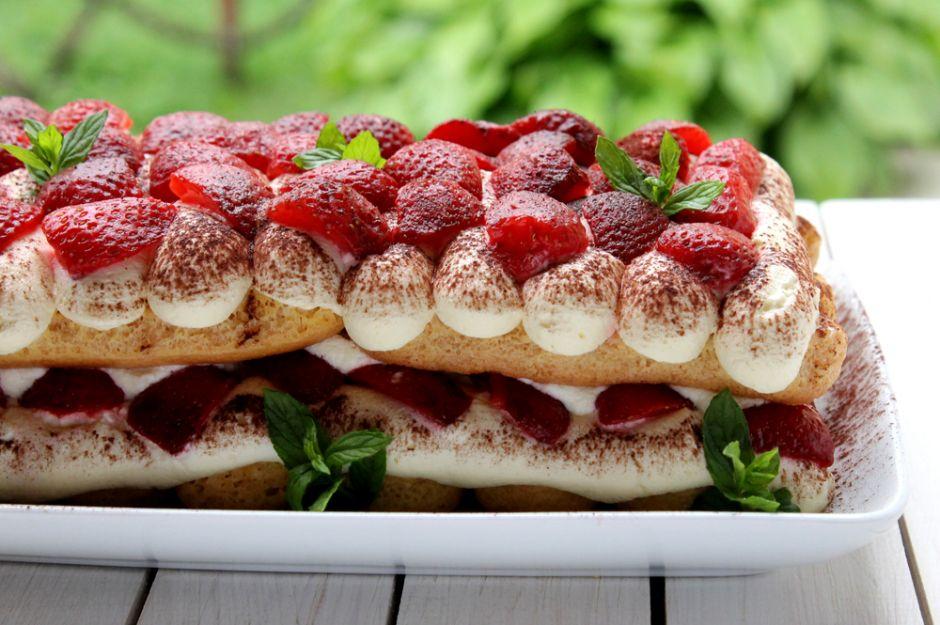 https://yemek.com/tarif/cilekli-kedi-dili-biskuvili-pasta/ | Kedidili Bisküvili Pasta Tarifi