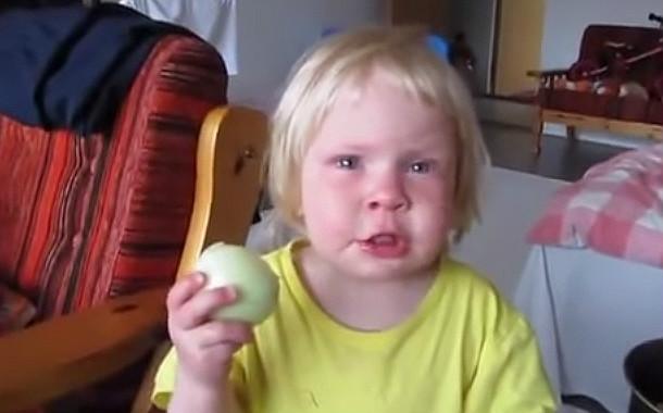 Soğan Yiyen Çocuk