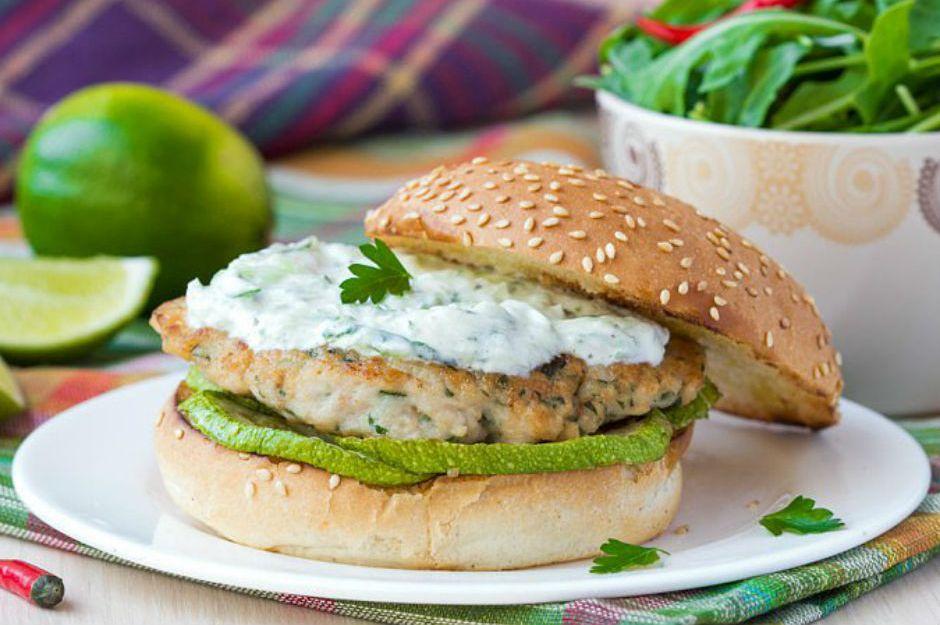 https://yemek.com/tarif/izgara-kabakli-yogurt-soslu-tavuk-burger/ | Izgara Kabaklı, Yoğurt Soslu Tavuk Burger Tarifi