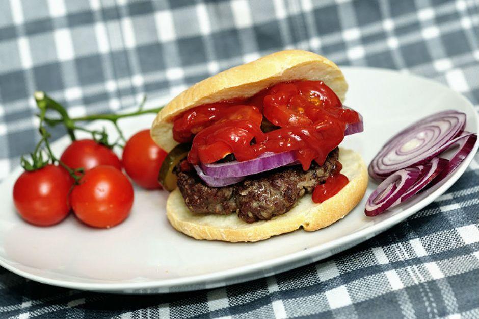 https://yemek.com/tarif/domates-soslu-hamburger/ | Domates Soslu Hamburger Tarifi